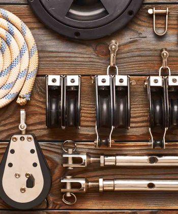 Mastro, estai e equipamentos